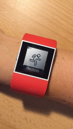 Fitbit Surge rot