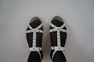 Flache Ledersandalen mit Nieten. Neu mit Etikett!