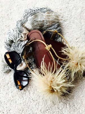 Flache Sandale von ZARA mit Federdetails, Gr. 40, NEU, naturfarbe