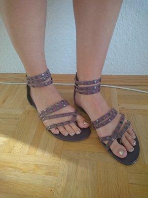 Flache Sandalen mit Nieten Graulila