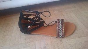 Flache Sandalen mit Schnürung und Stickerei