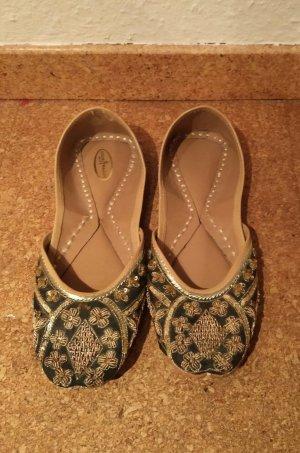 Flache Schuhe mit Perlen aus Indien zu schade zum Wegwerfen