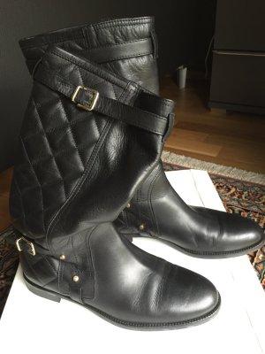 Flache schwarze Stiefel mit Steppnaehten