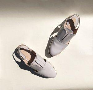 Flache Sommer Schuhe in hellgrauem Lack