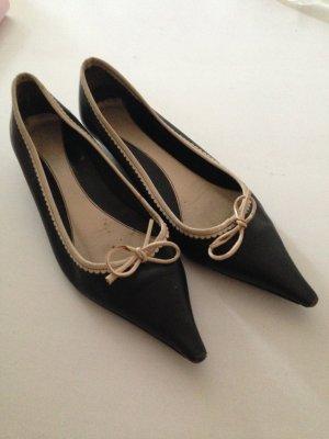 Flache, spitze Schuhe mit Schleife