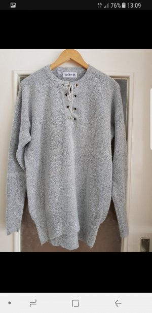 Flauschiger Pullover mit Schnürung am Ausschnitt