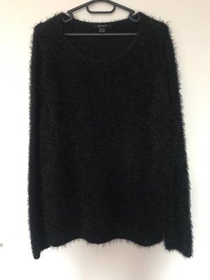 Flauschiger schwarzer Pullover