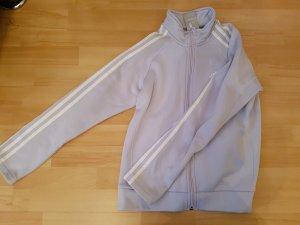 Fliederfarbene Adidasjacke mit etwas Kragen