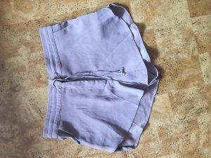 Fliederfarbene kurze Hose