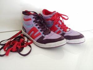 fliederfarbene Sneaker mit roten, blauen und lilafarbenen Nuancen