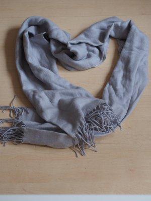 Fliederfarbener Schal mit Fransen