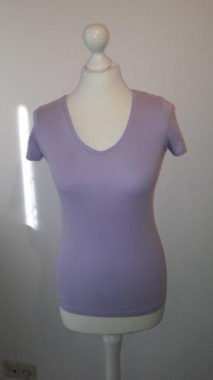 Fliederfarbenes T-Shirt mit V-Ausschnitt