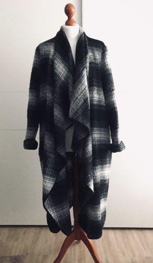 Fließender Mantel schwarz-weiß