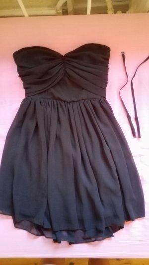 Fließendes Kleid mit Rückenausschnitt