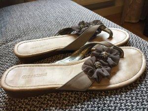 Flip-Flops grau mit Blumen