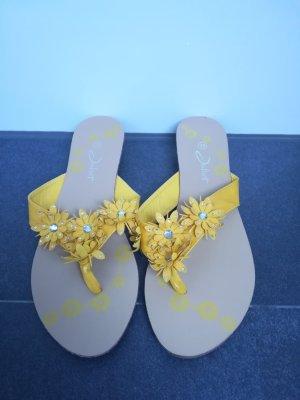 Flip Flops in Gelb mit Blumen