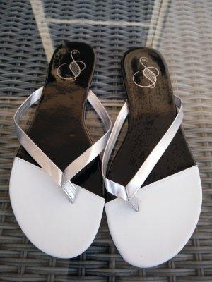 Flip Flops in schwarz/weiß/silber