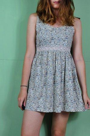 Florales Kleid mit gehäkelten Teil unter der Brust