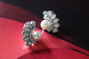 Flügelohrringe mit Perlen