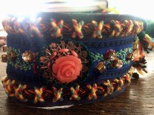 Folklore Stil Armband in Blau mit Rose und gold verziert