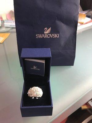 Funkender Ring von Swarovski, Ein Schmuckstück für zarte Hand, die Gemach und Glanz verleiht