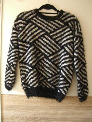 Fuzzy schwarz weißer Pullover