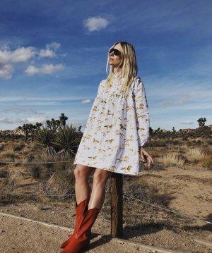 GANNI Minikleid aus bedruckter Baumwollpopeline mit Biesenfalten Mini-Dress Pferde Horses weiß Babydoll