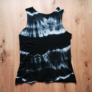 Gebatiktes Shirt in grau, schwarz und weiß