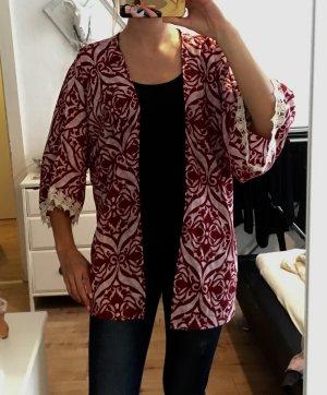 Geblümter Kimono mit Spitze