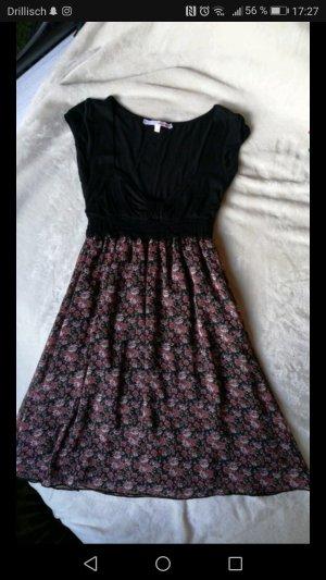 geblümtes Kleid mit großem Ausschnitt
