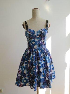 Geblümtes Kleid mit tiefem Rücken und Blumenmuster