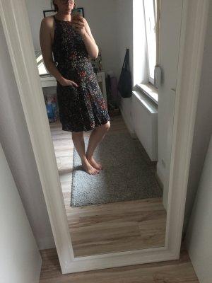 Geblümtes Sommerkleid mit Schleife am Rücken von Mango