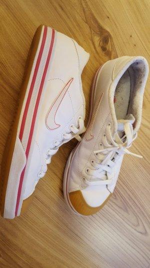 gebrauchte weiße Nike Sneaker