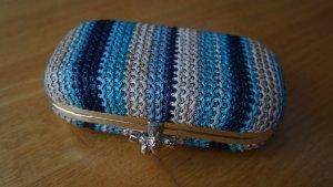 * Geflochtene Box-Clutch von Hallhuber in Blau/Creme-Tönen *