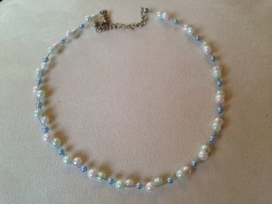 Geflochtene Perlenkette in hellrosa / hellblau / hellgrün