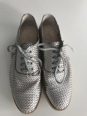 Geflochtene Schnürschuhe in Silber mit Sohlen in Streifenoptik beige/braun