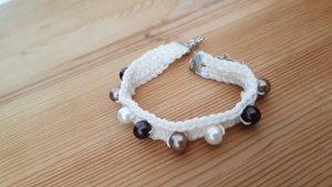 Gehäkeltes Armband mit Perlen