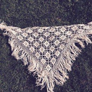 Gehäkeltes Dreiecks-Tuch Strick-Schal mit Fransen Boho Chic