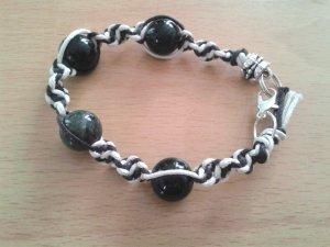 Geknüpftes Armband Mikrama braun weiß Perlen, handgemacht