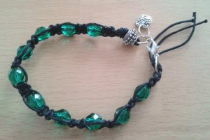 Geknüpftes Armband Mikrama schwarz smaragd grün Perlen Herz