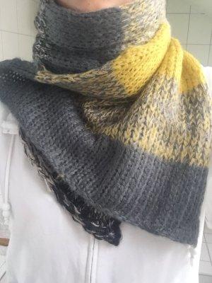 Gelb-grau gestreifter Schal