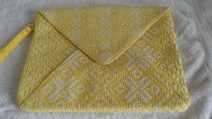 Gelb-weiße Envelopeclutch im Ethnostil