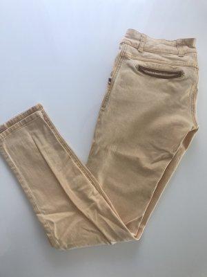 Gelbe Jeans mit Lederelementen an den Taschen