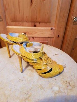 gelbe sandalen mit schlagenmuster
