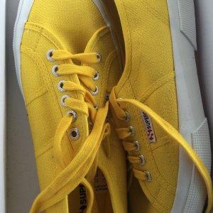 Gelbe Sneakers von Superga. Neu.