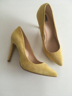 Gelbe trendige Pumos