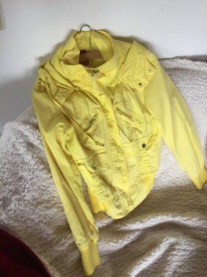 Gelbe Übergangsjacke