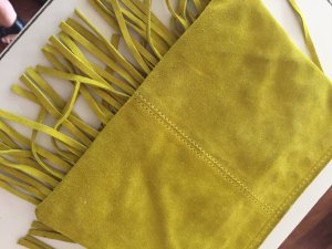 gelbe Wildlederclutch für den perfekten Boho-Style