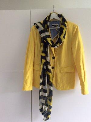 Gelber Blazer mit passendem Schal