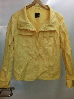 gelber Kurzmantel in strahlenden gelb